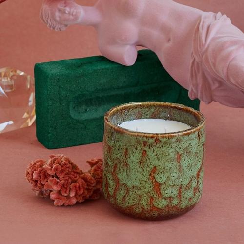 Laissez-vous tenter par cette bougie au parfum floral de