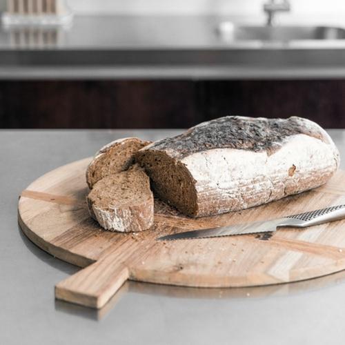 Planche à pain ronde faite à partir de bois de récupération.