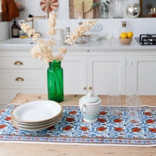 Habillez votre table d'un chemin de table coloré et aux