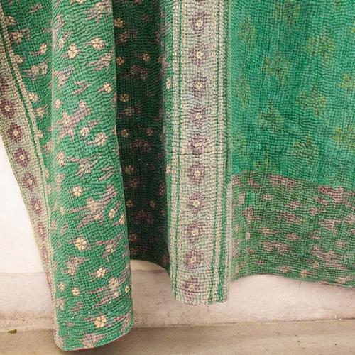 Kantha ancien unique, vert sur un côté et véritable