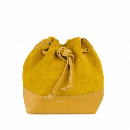 Ce petit sac seau mini woodé au style bohème-chic avec